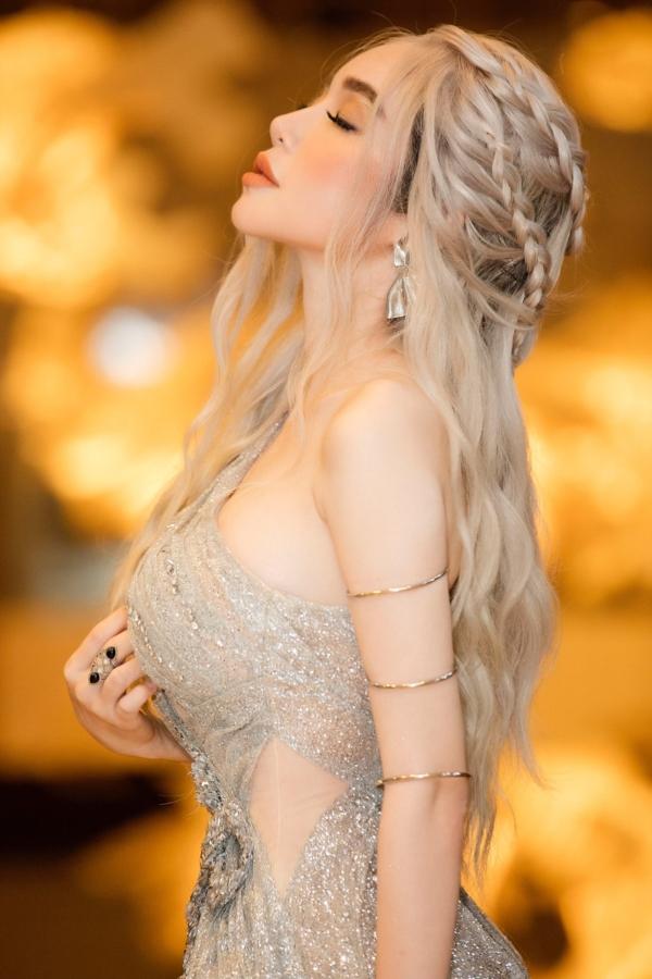 Elly Trần 'chơi lớn', đi dự sự kiện thôi cũng 'múa tay cosplay' thành Mẹ Rồng của 'Game of Thrones' 7
