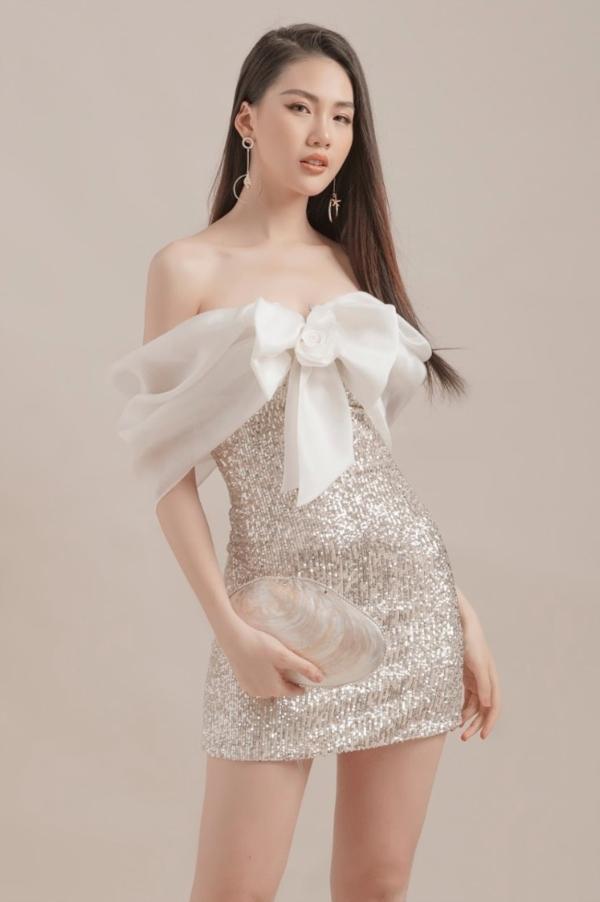 Đỗ Long tạo nên những chiếc váy phom suông dài, váy chữ A hoặc tùng xòe với các nếp gấp bản to có chủ ý, kết hợp với chất liệu ren mỏng, vải trơn… tạo cảm giác mềm mại, thoải mái cho người mặc khi di chuyển.