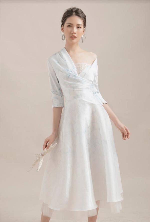 Những sự kết hợp này tạo nên diện mạo trang nhã, sang trọng, thể hiện được phong cách thời trang của Quỳnh Hoa.