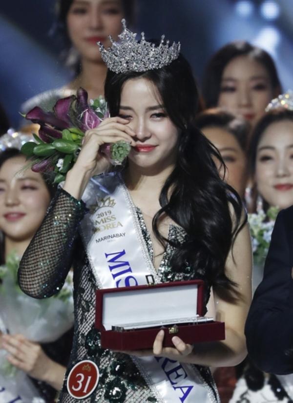 Tân Hoa hậu bật khóc khi nhận được vương miện.