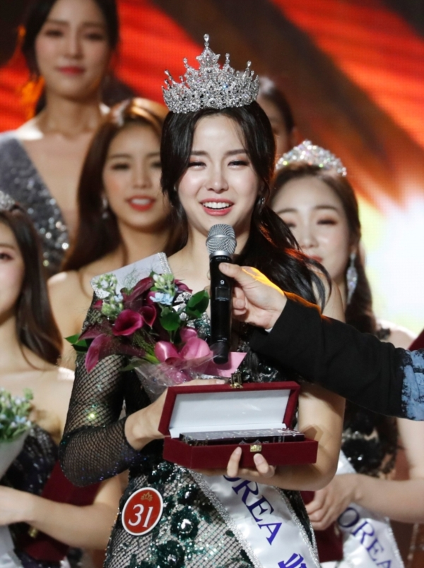 Kim Sae Yeon phát biểu khi nhận được vương miện: 'Tôi sẽ tiếp tục hoạt động thiện nguyện sao cho xứng đáng với danh hiệu mà mình đang mang, cố gắng hết sức mang đến ảnh hưởng tích cực cho cộng đồng'.