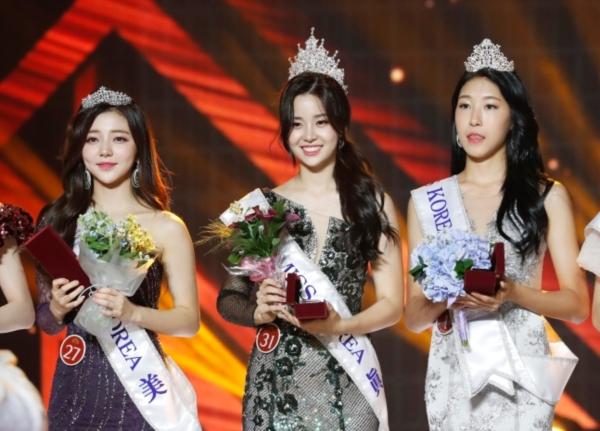 Dàn Á hậu 1, 2 đứng đằng sau Kim Sae Yeon lại bị chỉ trích phẫu thuật thẩm mỹ quá nhiều, gương mặt cứng đơ không cảm xúc.