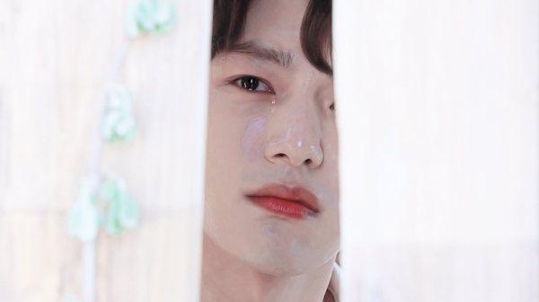 Rồi trốn trong một góc, rơi nước mắt nhìn người mình yêu tới bên Kang Woo