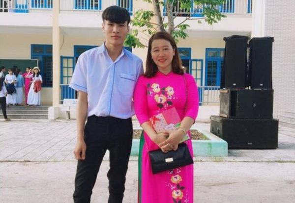 Võ Văn Duy Lâm (bên trái) cùng cô giáo