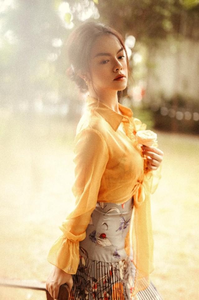 Phạm Quỳnh Anh thường xuyên diện những trang phục giúp khoe khéo bờ vai mong manh và vòng 1 đầy đặn.