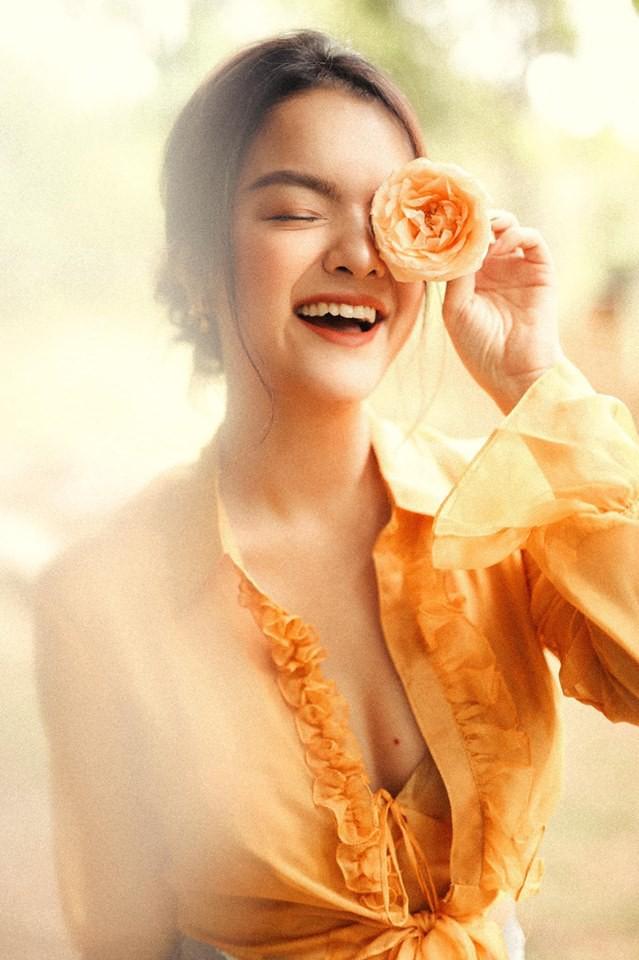 Nữ ca sĩ sở hữu vóc dáng thon gọn dù đã trải qua 2 lần sinh nở. Sau khi ly hôn, Phạm Quỳnh Anh lựa chọn phong cách thanh lịch nhưng không kém phần trẻ trung, gợi cảm.