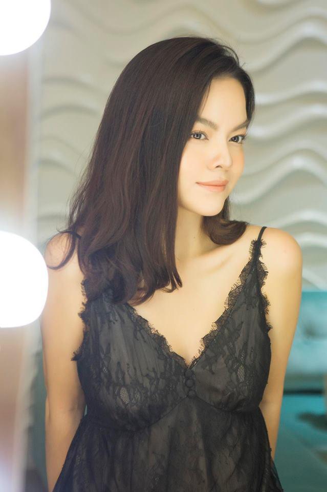 Không quá hở hang, quá lố nhưng vẻ đẹp mặn mà, cuốn hút của nữ ca sĩ 35 tuổi khiến nhiều khán giả khó lòng rời mắt.