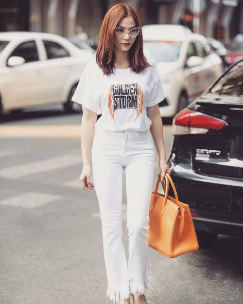 Diện một set đồ white on white, Thu Thủy cho thấy mình đẹp chẳng kém fashionista nào.