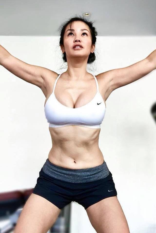 Để giữ vóc dáng gợi cảm, Hồng Nhung chia sẻ bí quyết của cô là tập luyện đều đặn.