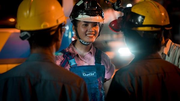 Thí sinh Miss World Việt Nam chui cống, mặt lấm lem, làm công nhân vệ sinh 2