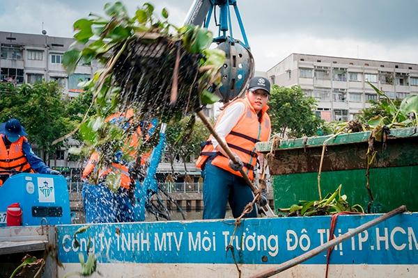 Thí sinh Miss World Việt Nam chui cống, mặt lấm lem, làm công nhân vệ sinh 5