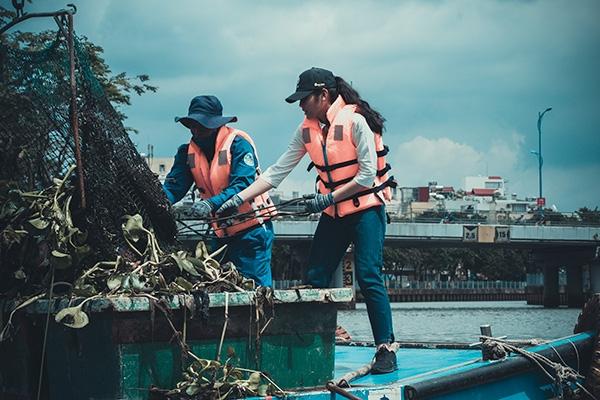 Thí sinh Miss World Việt Nam chui cống, mặt lấm lem, làm công nhân vệ sinh 6
