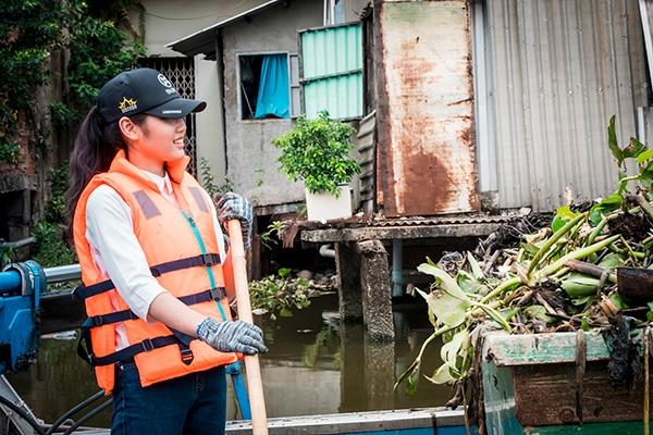 Thí sinh Miss World Việt Nam chui cống, mặt lấm lem, làm công nhân vệ sinh 9