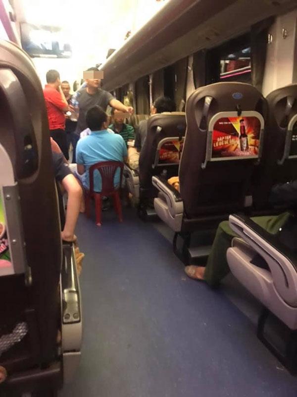 Nhóm hành khách trên tàu hỏagây bức xúc vì hành động thiếu ý thức, thản nhiên nhậu nhẹt rồi gây ồn ào.