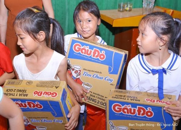 Từ mì tôm cứu đói đến quạt chống nóng mùa hè, đoàn tình nguyện mang tới cho người dân những nhu cầu thiết yếu nhất của cuộc sống hàng ngày