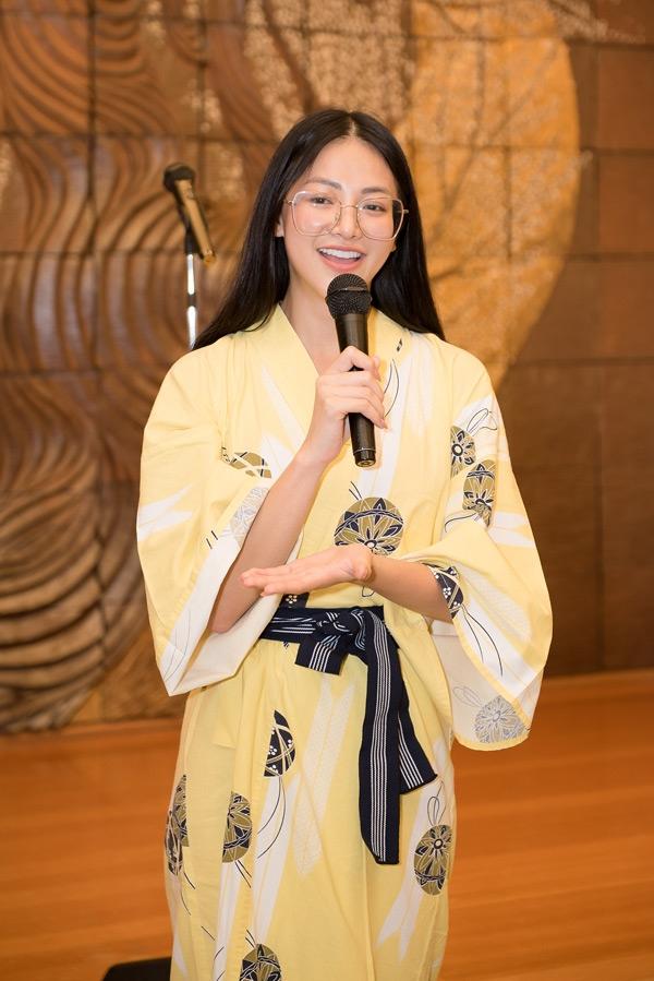 Hoa hậu Phương Khánh mặc kimono hát live hit của Chi Pu 1