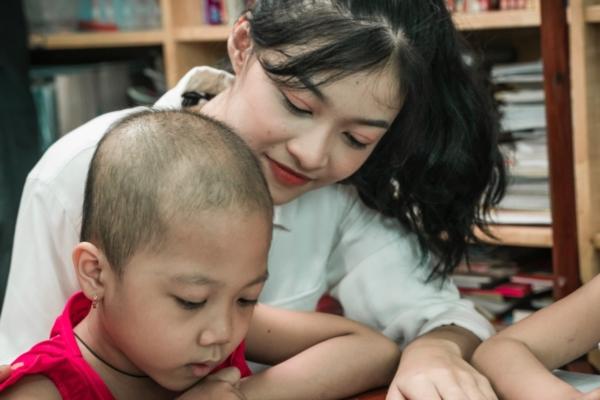 Thí sinh Miss World Việt Nam đến với lớp học đặc biệt đầy bình truyền nước biển 2
