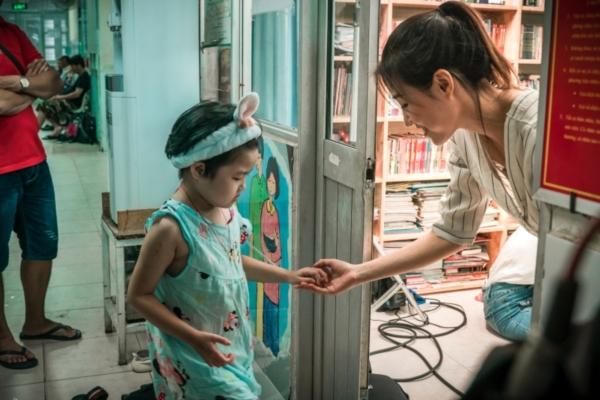 Thí sinh Miss World Việt Nam đến với lớp học đặc biệt đầy bình truyền nước biển 5