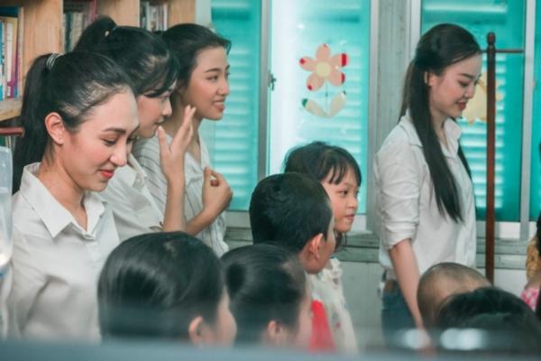 Thí sinh Miss World Việt Nam đến với lớp học đặc biệt đầy bình truyền nước biển 6
