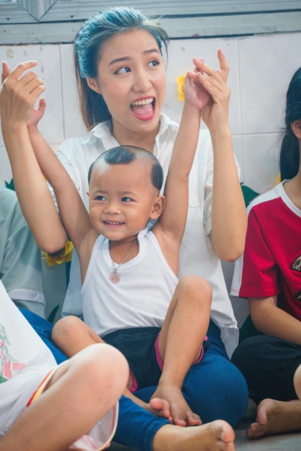 Thí sinh Miss World Việt Nam đến với lớp học đặc biệt đầy bình truyền nước biển 8