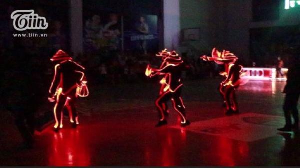 Trận đấu đã luôn có sẵn sức nóng, vì thế vũ công ra diễn cũng có cảm giácrất 'đã' và hào hứng