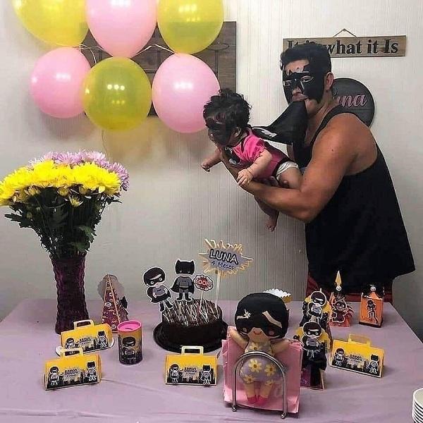 Bữa tiệc sinh nhật của gia đình 'Batman', nhìn ảnh bé trai ai cũng xúc động 1