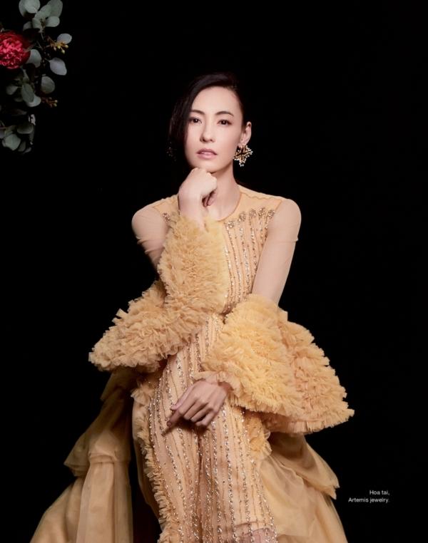 Trong các thiết kế của NTK Tuyết Lê, Trương Bá Chi xinh đẹp, tinh tế đầy cuốn hút với hàm răng sáng, đôi môi đỏ và khuôn mặt 'không góc chết'.
