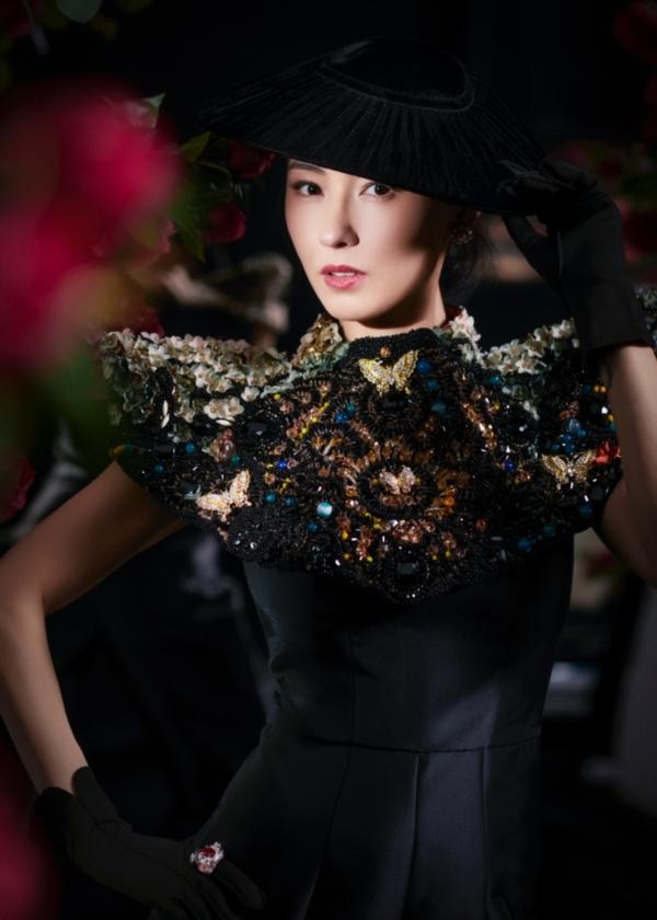 Với khả năng diễn xuất của mình, bà mẹ 3 con Trương Bá Chi đã biến hóa thành những quý cô đầy quyền lực trong gam màu đen...