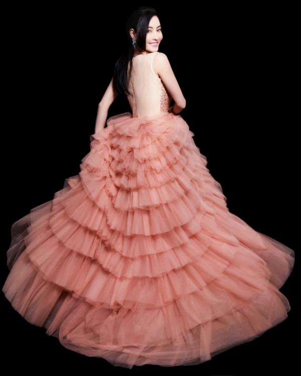 ... khi thì biến thành nàng công chúa đầy lãng mạn trong gam màu hồng.