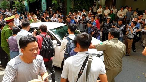 Ở phiên tòa sơ thẩm được xử kín, chiếc xe chở Nguyễn Hữu Linh bị phóng viên vây chặt khi vừa tới cổng tòa.