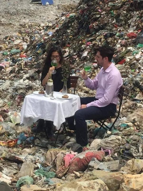 Cặp nam nữ đặt bàn, uống rượu vang ở bãi rác Nam Sơn khiến nhiều người khó hiểu 0