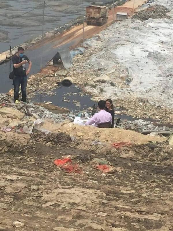 Cặp nam nữ đặt bàn, uống rượu vang ở bãi rác Nam Sơn khiến nhiều người khó hiểu 1