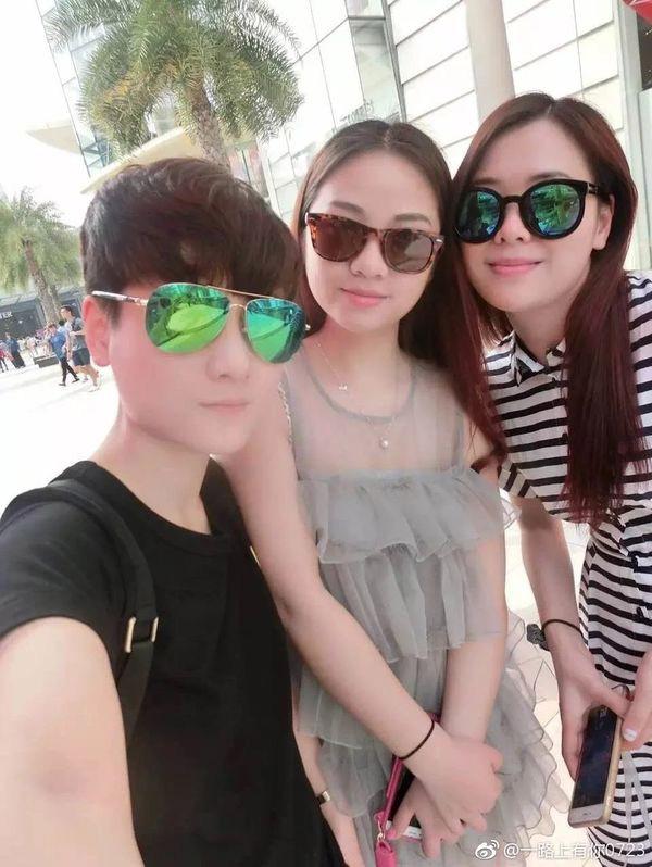 Phương Kỳ (trái), Vương Phương (giữa) và bạn thân Lý Đình trong chuyếndu lịchThái Lan vào năm 2016.