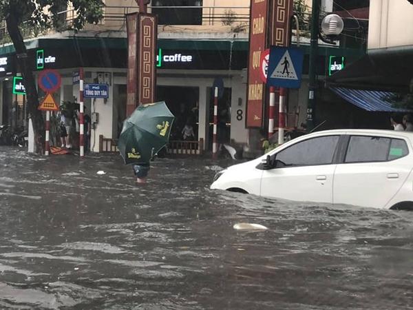 Hà Nội bất ngờ trút cơn mưa lớn, dân tình người khoái chí người than trời vì nước ngập lênh láng 0