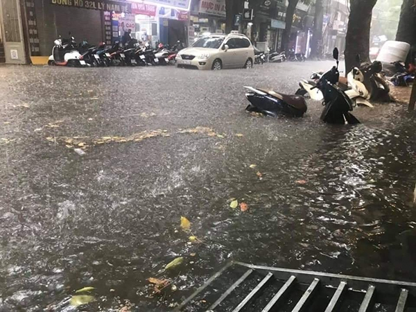 Mưa lớn khiến nhiều tuyến phố ngập lụt.