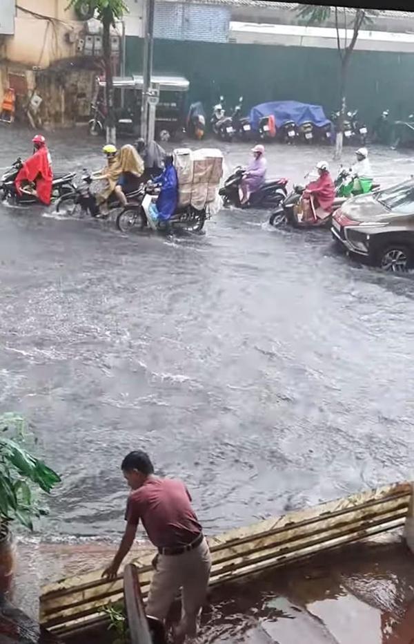 Hà Nội bất ngờ trút cơn mưa lớn, dân tình người khoái chí người than trời vì nước ngập lênh láng 2