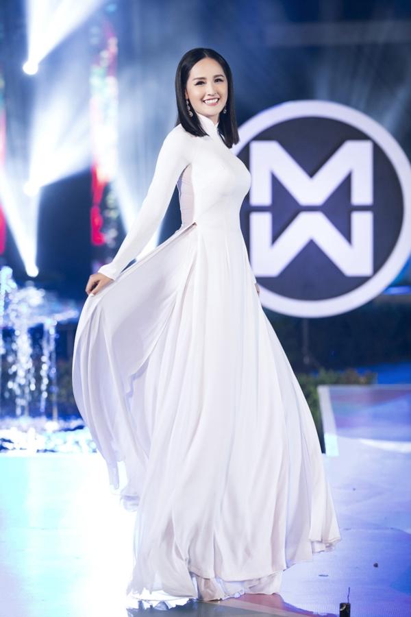 Đêm thi thời trang 'Top model' của vòng chung kết 'Miss World Vietnam 2019' diễn ra tối qua tại Đà Nẵng. 39 thí sinh trình diễn lần lượt các bộ sưu tập áo dài, trang phục dạ hội và trang phục dạo phố. Hoa hậu Mai Phương Thúy làm vedette trong phần trình diễn bộ sưu tập áo dài của NTK Ngô Nhật Huy.