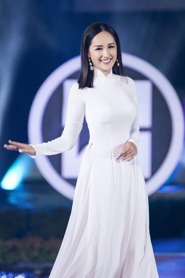 Trong tà áo dài trắng truyền thống giản dị, Mai Phương Thúy được khen ngợi trẻ trung, rạng rỡ.