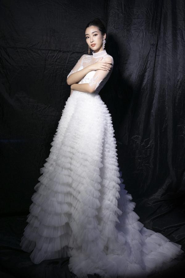 Đỗ Mỹ Linh xuất hiện lộng lẫy như một nàng công chúa trong chiếc đầm dài được lấy cảm hứng từ những tản san hô dưới lòng đại dương.
