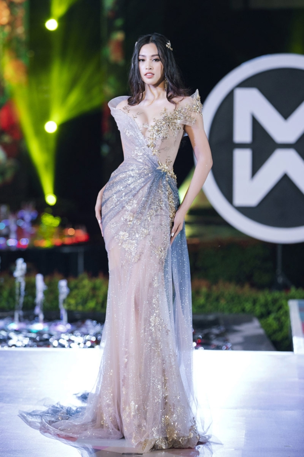 Hoa hậu Tiểu Vy xinh đẹp như nữ thần khi làm vedette của phần trình diễn trang phục dạ hội.