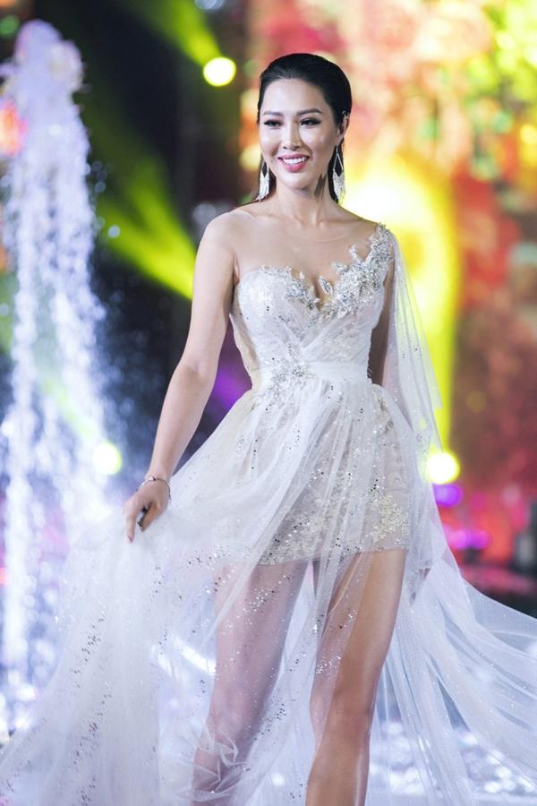 Hoa khôi Diệu Ngọc cũng trở lại sàn diễn để đồng hành cùng các thí sinh Miss World.