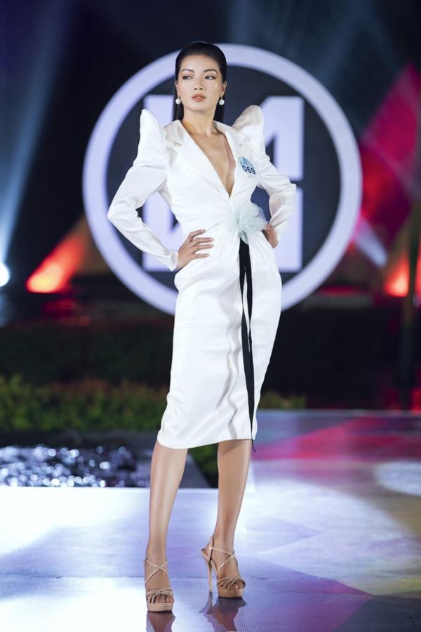 Nối gót đàn chị đi trước, các thí sinh của Miss World Vietnam hoàn toàn cởi bỏ vẻ ngoài dịu dàng thường ngày, trình diễn thần thái sắc lạnh như những người mẫu chuyên nghiệp trong những bộ sưu tập thời trang khác nhau.