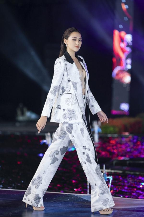 Mai Phương Thúy diện áo dài trắng, làm vedette trong đêm thi Top Model 8