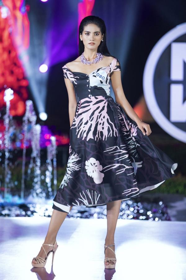 Mai Phương Thúy diện áo dài trắng, làm vedette trong đêm thi Top Model 10