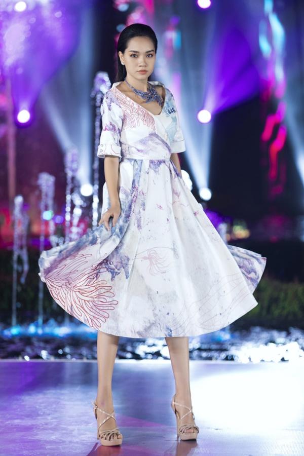 Mai Phương Thúy diện áo dài trắng, làm vedette trong đêm thi Top Model 9