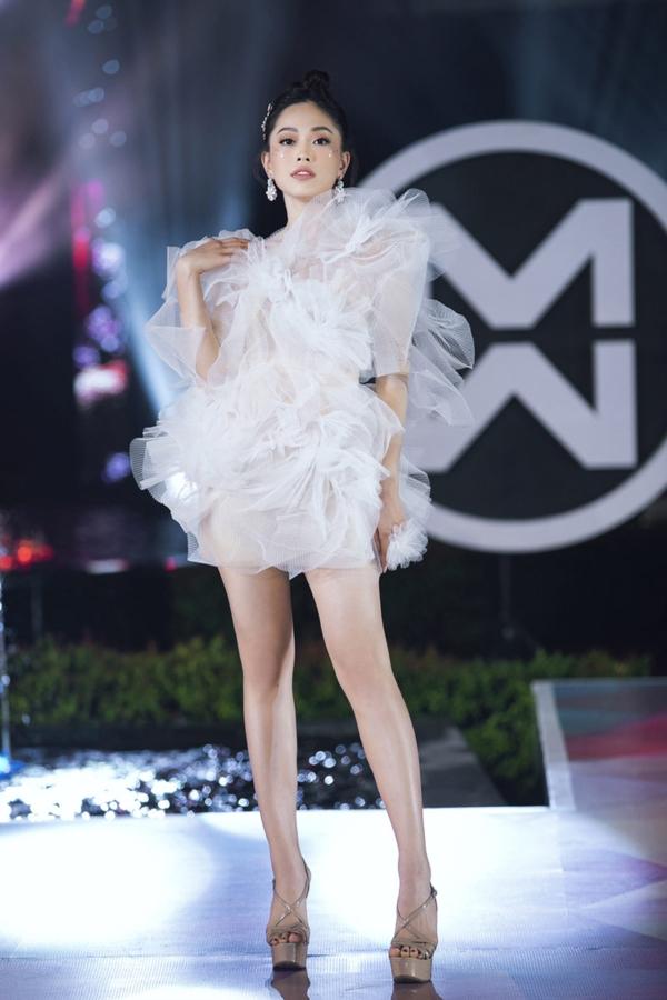 A hậu Phương Nga đảm nhận vai trò mở màn cho BSTOcean Blossom củaNTK Lê Ngọc Lâm.