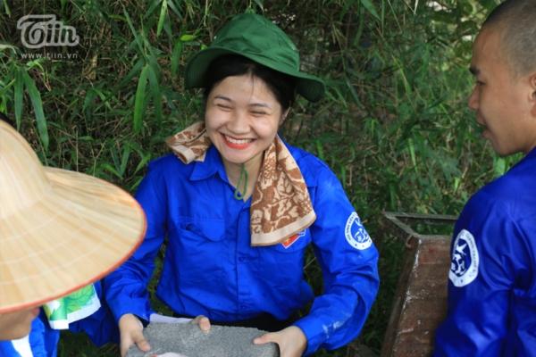 Dù làm việc vất vả trong điều kiện thời tiết khó khăn, song các tình nguyện viên lúc nào cũng vui vẻ hát ca và nở nụ cười tươi tắn
