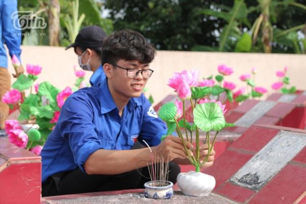 Hội sinh viên Bắc Giang tại Hà Nội phối hợp với Đoàn xã Canh Nậu, Trung đoàn 409 để dọn cỏ nghĩa trang liệt sỹ, chuẩn bị cho lễ dâng hương tối 27/7