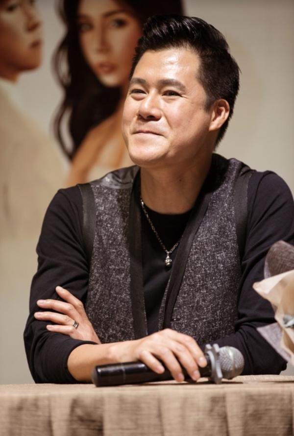 Đó là Quang Dũng - giọng hát tình ca trứ danh - người xuất hiện trong Trò chuyệnvới ca khúc mới mang tên Tặng.