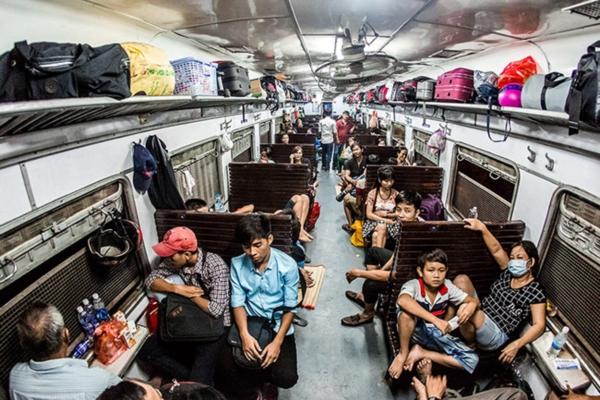 Trên các khoang tàu bao giờ khách cũng đông nườm nượp
